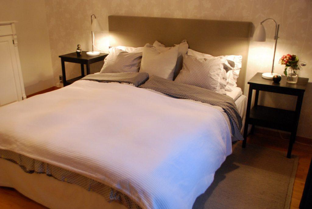 tygklädd sänggavel, bomull, linne, af swedala, påslakan, örngott, sänglinne, bomullsöverkast, himla, sängbord, svart sängbord, fogia, kudde, linnekudde,