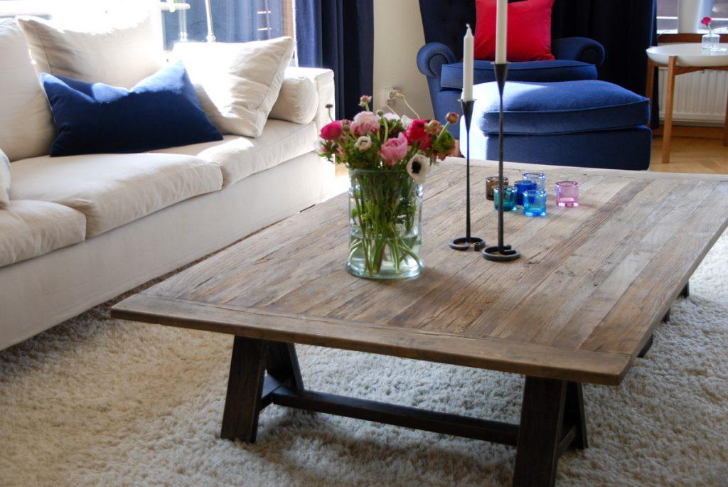 fogia, handtuftad ullmatta, morris soffa, soffbord i återvunnet trä, återvunnet trä, a&co, kudde, kuddar, linnetyg, linne, sammet, sammets tyg, jättepaddadan ,carl malmsten, brickbord, design house stockholm, iittala, kivi ljuslyktor, tablo tray table, handsmidda ljusstakar, ormtjusare, glasvas, snittblommor, ranunkel,