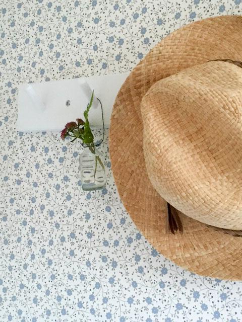 knoppbräda, iris hantverk, stråhatt, sandbergs tapeter, sandberg wallpaper, blommig tapet, somrig tapet, blåblommig tapet,