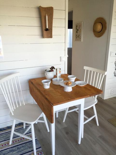 spånga krukmakeri, handdrejad keramik, wood pinnstol h17, antikt bord, klaffbord, antikt klaffbord, renoverat klaffbord, trasmatta, jordljus, stråhatt, laminatgolv, laminatgolv i ek, höganäs,