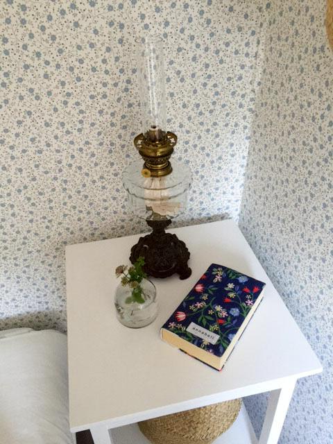 sandbergs tapeter, sandberg wallpaper, blommig tapet, oljelampa, antik oljelampa, stories by anna, pocket fodral, glasvas, korg, afroart,