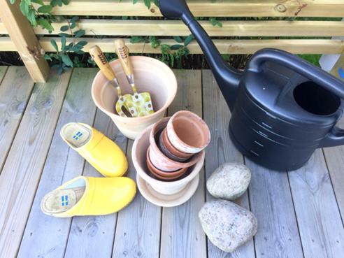 lerkrukor, träskor, orla kiely, trädgårds redskap, vattenkanna, trädäck,