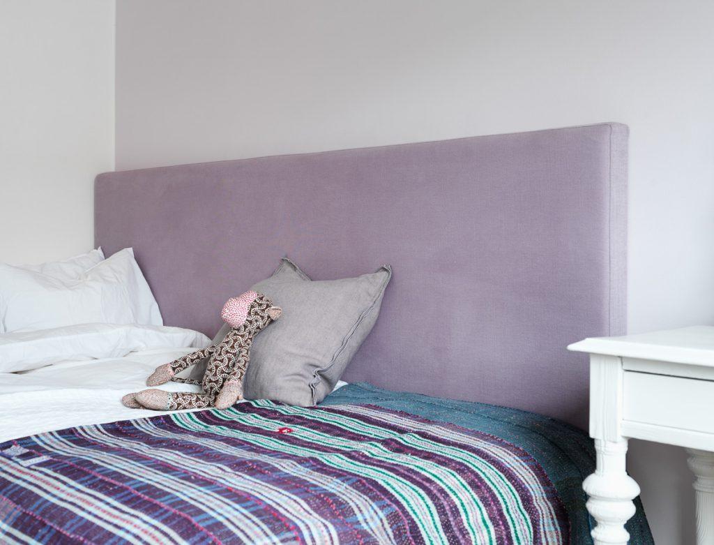sänggavel, tygklädd sänggavel, antikt skrivbord, kudde, linnetyg, sänglinne, påslakan, örngott, ekologiskt, afroart, fondvägg , pläd,
