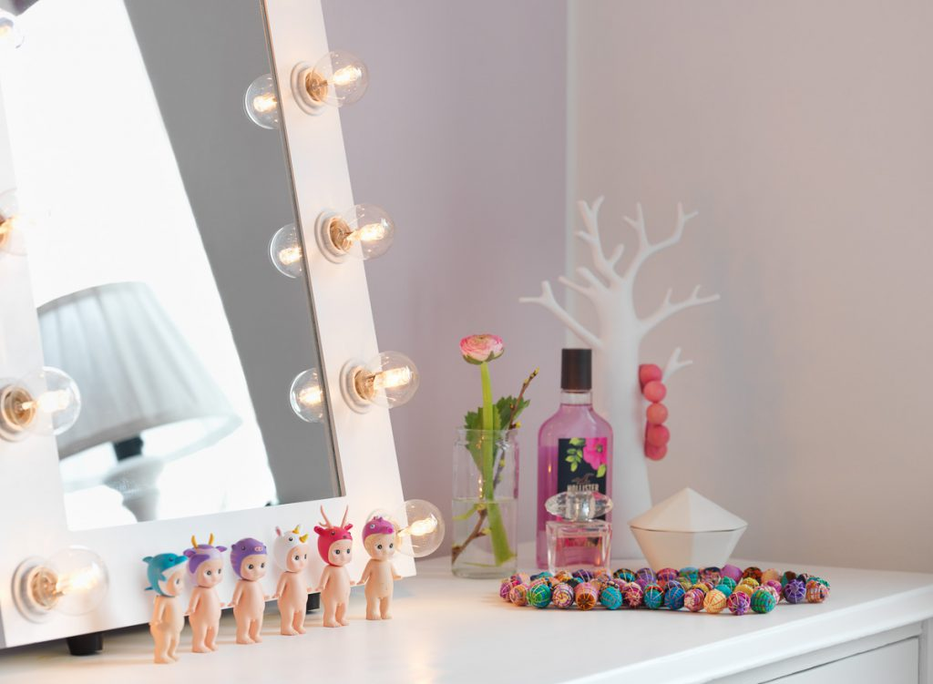japansk skyddsängel, sonny angel, makeup spegel, smink spegel, antikt skrivbord, afroart, armband, fondvägg, halsband oddbirds,
