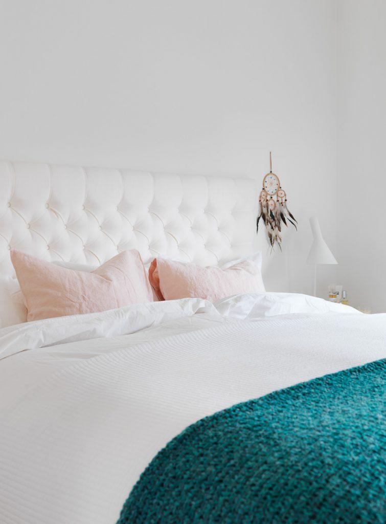 sänggavel, tygklädd sänggavel, djuphäftad sänggavel, drömfångare, sonny angel, japansk skyddsängel, sänglinne, påslakan, örngott, sängbord, sprutmålat sängbord, sänglampa, aj bordslampa, arne jacobsen, louis poulsen, överkast, bomullsöverkast, pläd, tell me more, stavparkett, stavparkett i ek, doft ljus