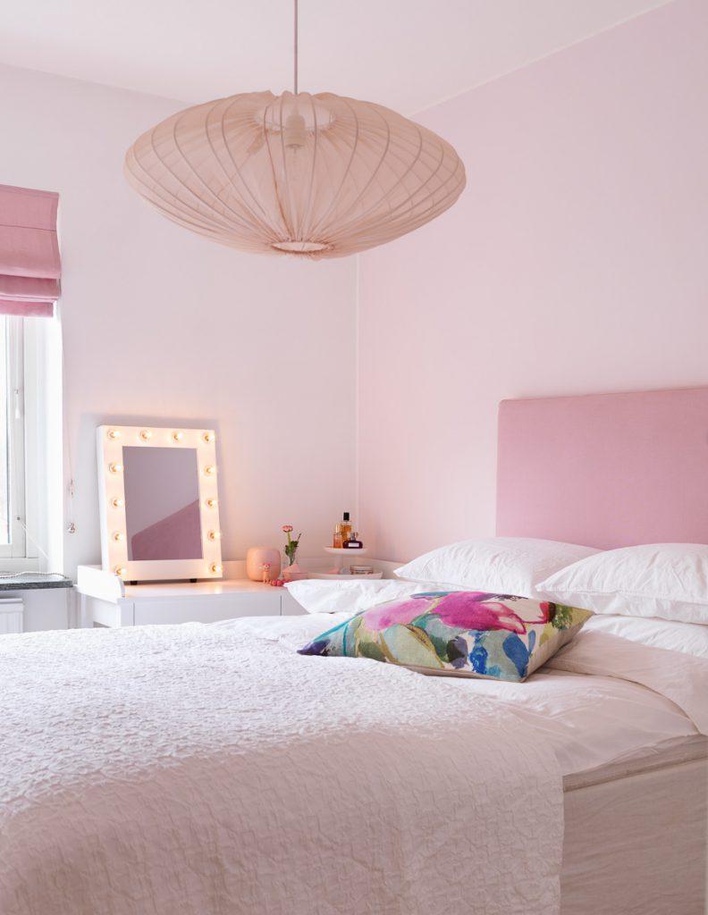 sänggavel, tygklädd sänggavel, linnetyg, linne, sängbord, sängbord nordli, ikea, överkast, bomullsöverkast, ekologiska sängkläder, påslakan, örngott, sänglampa, oliver furniture, sminkbord, hissgardin, taklampa, watt & veke, makeup spegel, smink spegel, sängkappa, sängkjol, himla, af swedala,