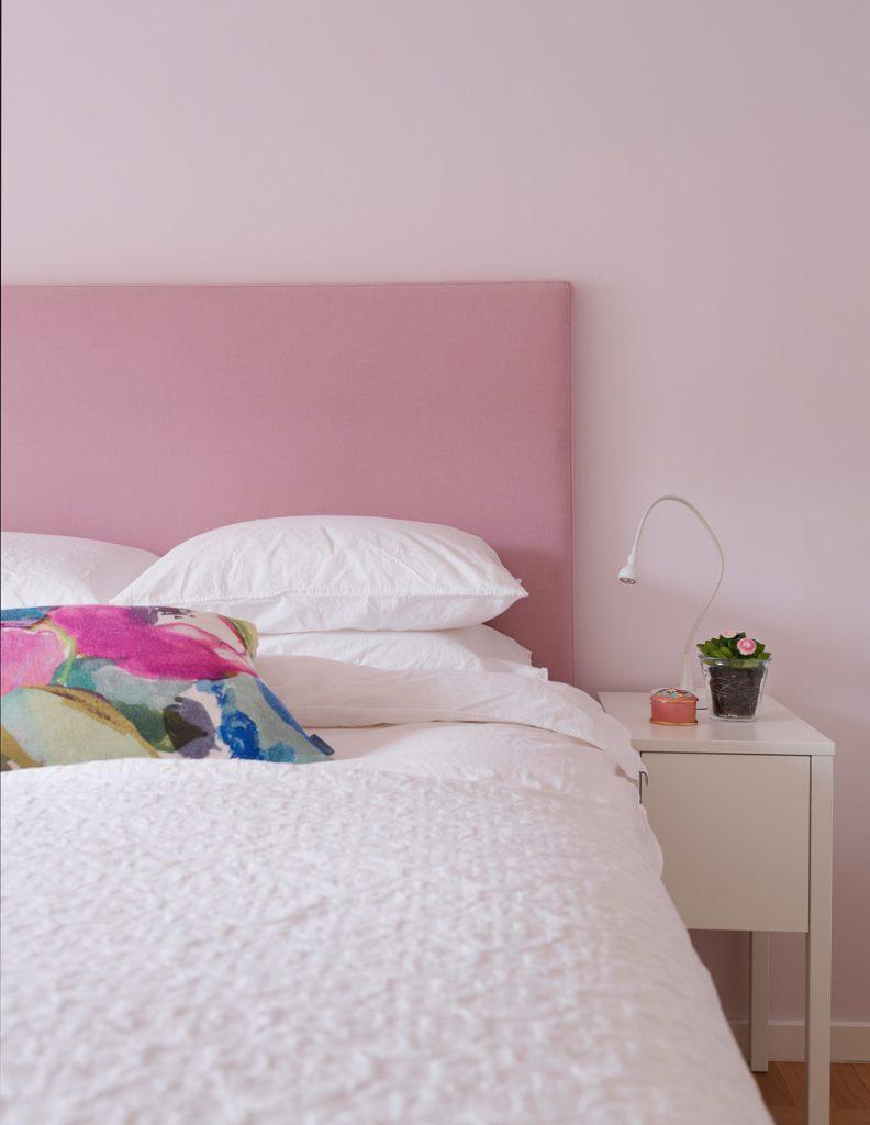 sänggavel, tygklädd sänggavel, linnetyg, linne, sängbord, sängbord nordli, ikea, överkast, bomullsöverkast, ekologiska sängkläder, påslakan, örngott, sänglampa