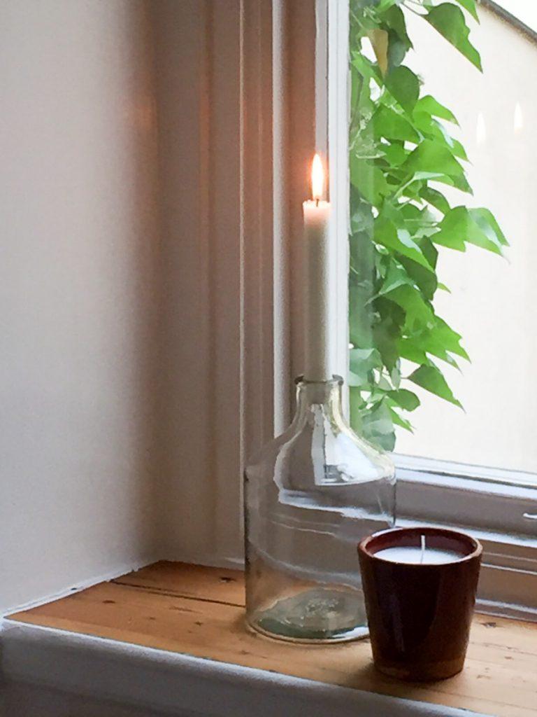 doftljus, glasflaska, stearinljus, fönsternisch