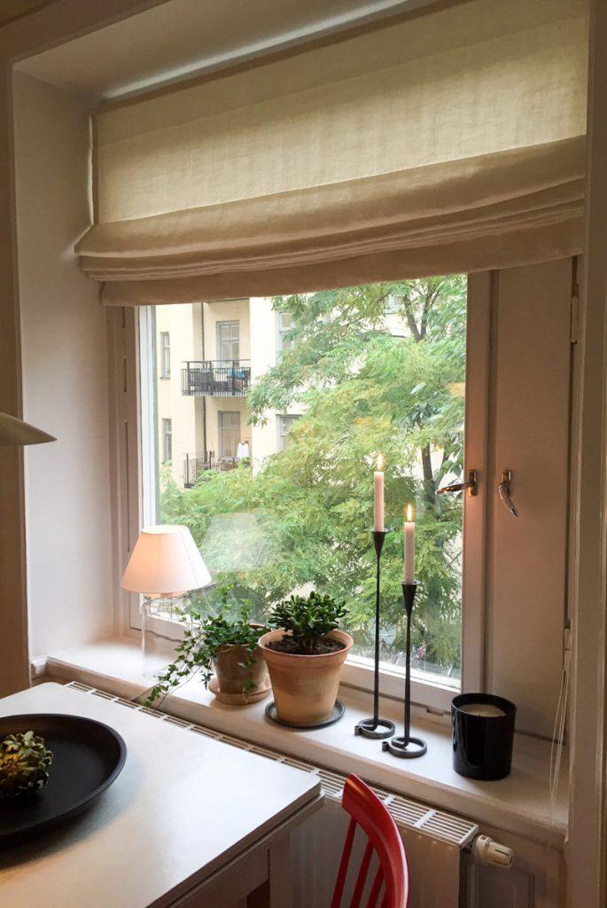 smidesljusstakar, klassisk vit hissgardin, gröna tåliga växter, grön innergård på Södermalm, astrid, hissgardin, veckad hissgardin, lerkruka, lerkrukor,