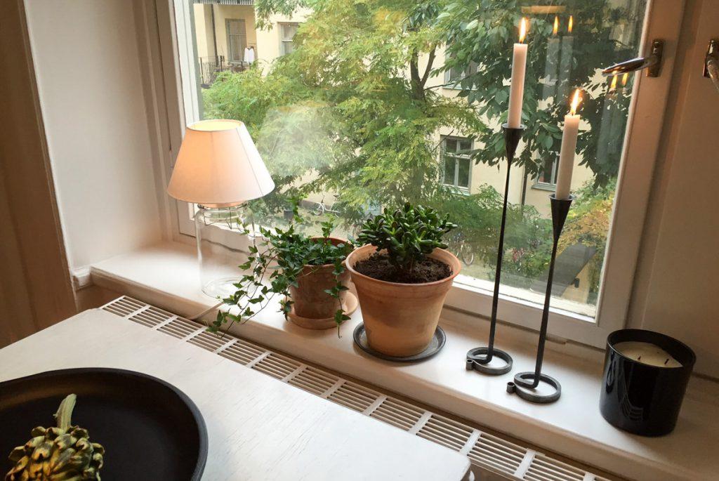 smidesljusstakar, gröna tåliga växter, grön innergård på Södermalm, astrid, lerkruka, lerkrukor,