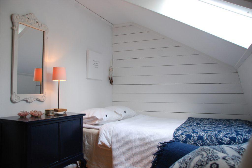 Antik byrå, ommålad byrå, takfönster, liggande träpanel. lakan och örngott från Himla,